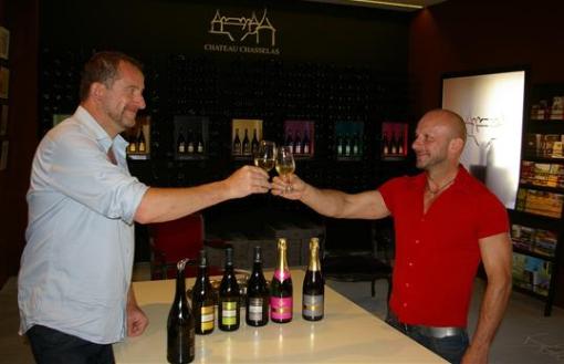 Jean-Marc Veyron-Lacroix, à gauche, producteur de vins, aux côtés de son compagnon. Photo archives Nicolas Desroches.