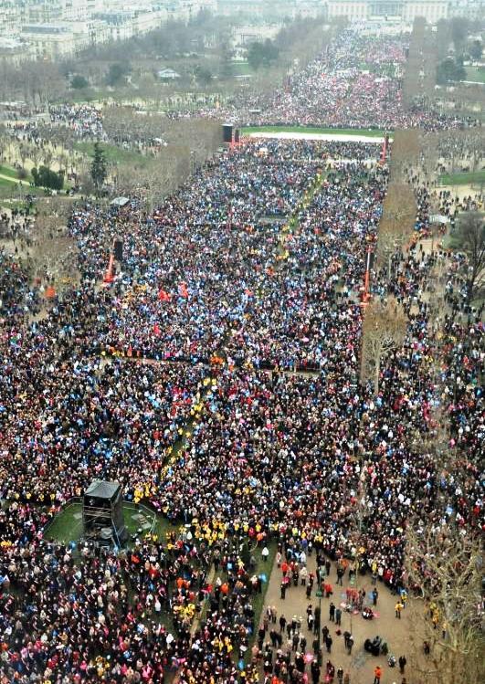 Cette photo se passe de commentaires. Elle a été prise vers 16h00. Et des manifestants arrivaient encore en masse après 19h00...Le Champ-de-Mars peut contenir 1 million de personnes...CQFD